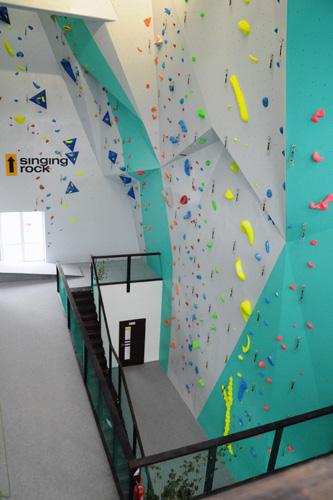 Lezci u nás nájdu aj bouldrové profily so sklonom 45° a 50°. Deťom je k  dispozícii lezecká stienka s max. výškou 7 m. Súčasťou steny je kaviareň 630bcba20b4