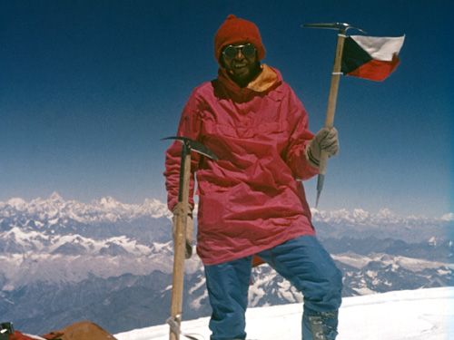 V základnom tábore po výstupe na Nanga Parbat.   Na vrchole Nanga Parbatu.  Foto  archív. 24e59692d9b
