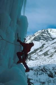 Igor Koller lezie 3. dĺžku kolmých ľadov v ceste Gramussat Direct.